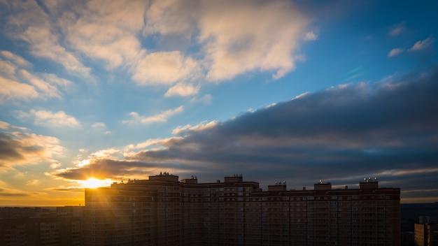 Nascer do sol sobre a cidade Foto Premium