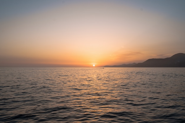 Nascer do sol sobre o mar e bela vista do mar Foto gratuita