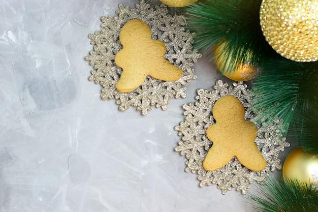 Natal com biscoitos de gengibre, galho de árvore de natal Foto Premium