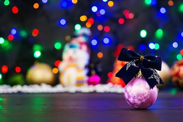 Natal com bolas e fundo de guirlanda Foto Premium