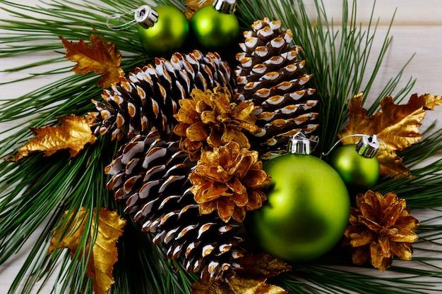 Natal dourado pinhas decorada grinalda Foto Premium
