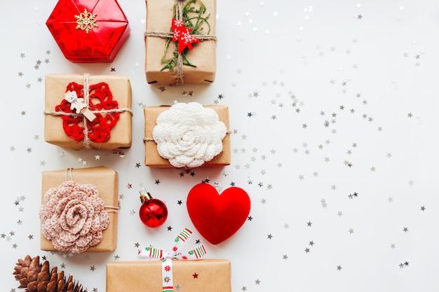Natal e ano novo com presentes e decorações. Foto Premium
