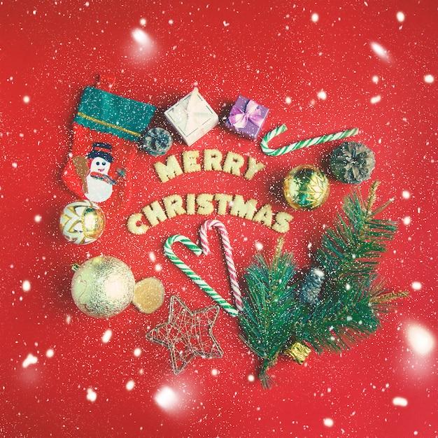 Natal e ano novo. em um fundo vermelho, caixas de presente, doces de natal, decoração. Foto Premium
