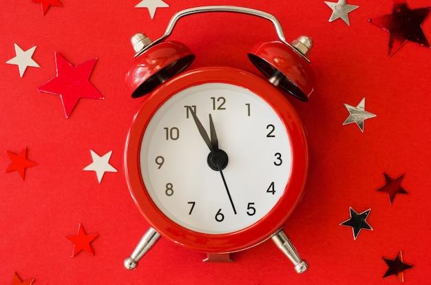 Natal festivo com despertador no estilo minimalista vermelho. Foto Premium