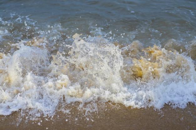 Natureza bela paisagem da onda do mar na praia Foto Premium