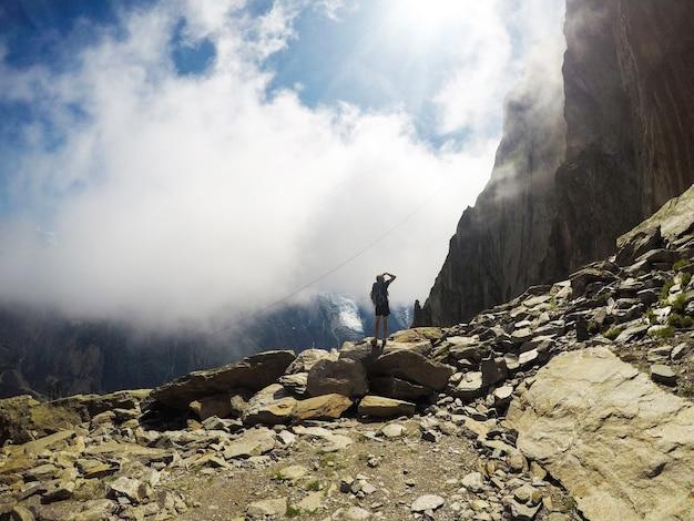 Natureza e homem. amantes nas montanhas. extremo Foto Premium