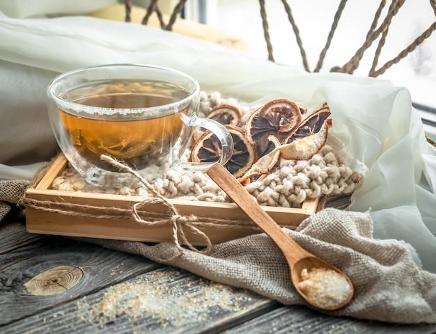 Natureza morta com copo transparente de chá no fundo de madeira Foto gratuita