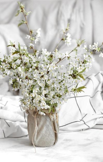 Natureza morta com flores da primavera em casa. Foto gratuita