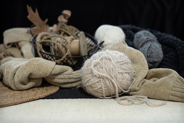Natureza morta uma bola de linha close-up no espaço de um suéter e fios. coração feito de linha. Foto gratuita