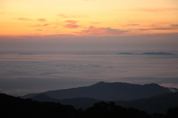 Natureza paisagem mar nevoeiro no inverno sazonal calmo e bonito Foto Premium