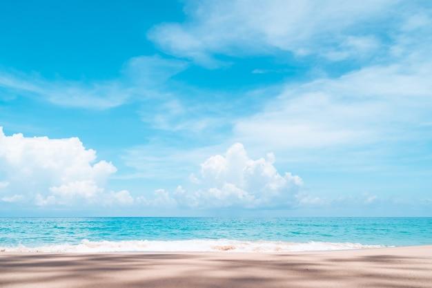 Natureza tropical limpa praia e areia branca no verão com luz do sol céu azul e fundo de bokeh. Foto Premium
