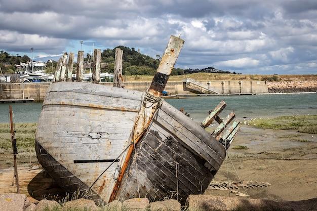 Naufrágio de navio abandonado no porto Foto Premium