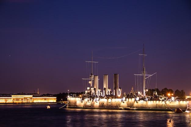 Navio aurora em são petersburgo, na rússia, à noite em junho Foto Premium
