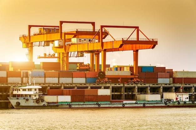 Navio de carga da china e do rio yangtze Foto Premium