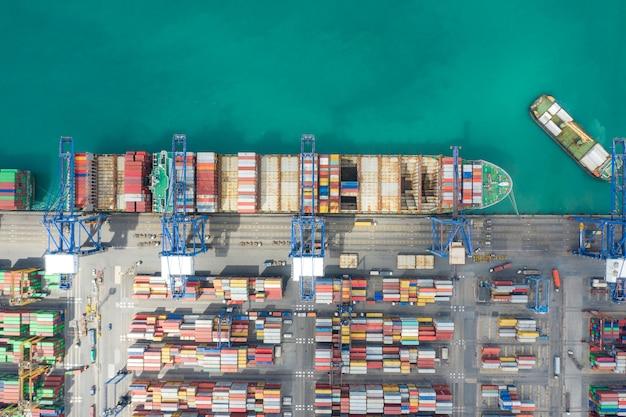 Navio de carga do recipiente que trabalha no international pelo navio no mar aberto. Foto Premium