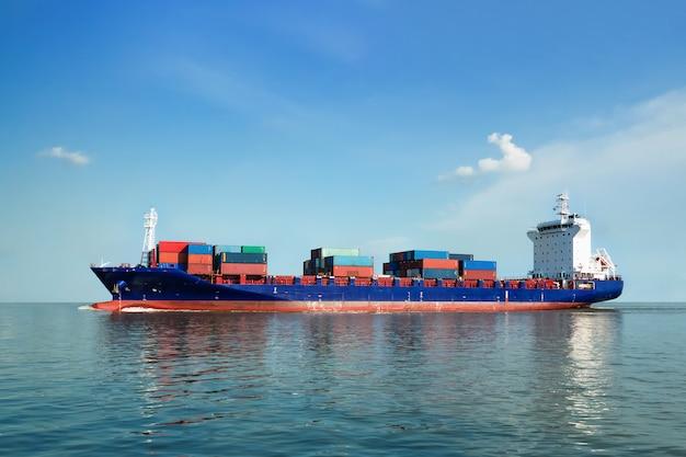 Navio de carga está navegando para o mar para o transporte de carga em contêineres. Foto Premium