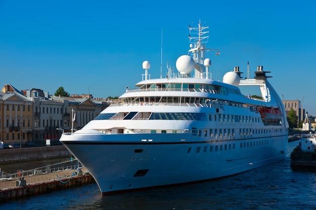 Navio de cruzeiro no porto de são petersburgo Foto gratuita