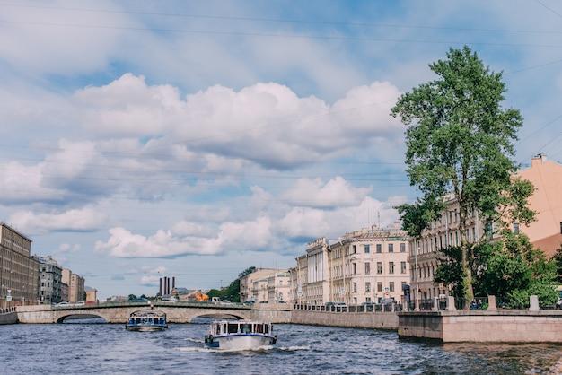 Navio de passageiros com turistas passa no rio fontanka Foto Premium