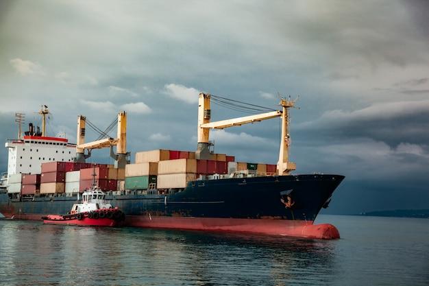 Navio de recipiente no mar Foto Premium