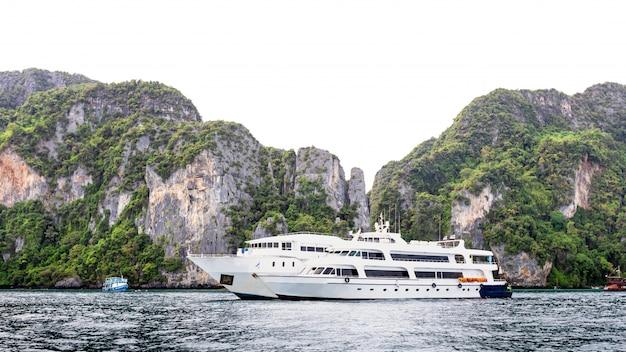 Navio grande luxo de alta classe para alugar turista na ilha de phi phi tailândia Foto Premium