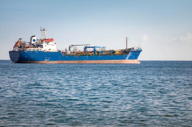Navio industrial desconhecido. mar mediterrâneo Foto gratuita