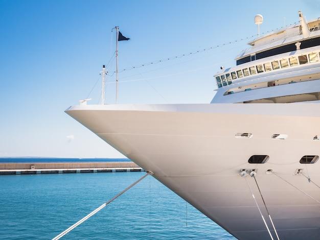 Navio, litoral e céu azul Foto Premium