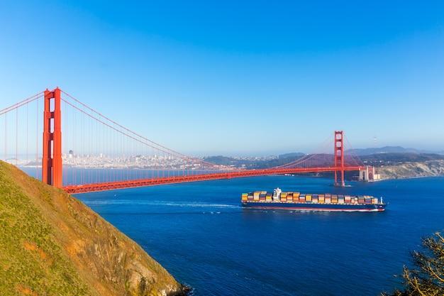 Navio mercante de san francisco golden gate bridge, na califórnia Foto Premium