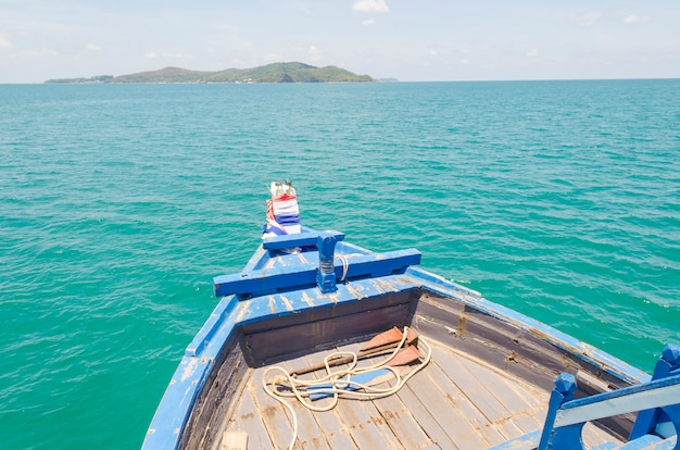 Navio nariz vista frontal barco de cauda longa no mar ilhas phi phi ásia tailândia Foto Premium