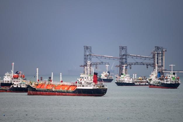 Navio petroleiro glp no porto Foto Premium