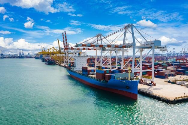 Navio porta-contêineres e carregamento e descarregamento de terminais por guindaste Foto Premium