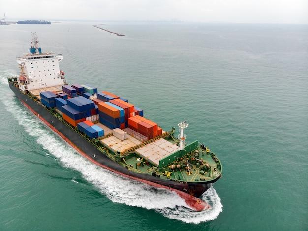 Navio porta-contentores de carga transportando mercadorias de importação e exportação de contêineres Foto Premium