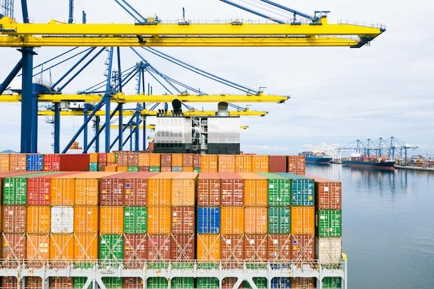 Navio porta-contentores retrovisor. transporte logístico comercial, frete marítimo, navio de carga Foto Premium