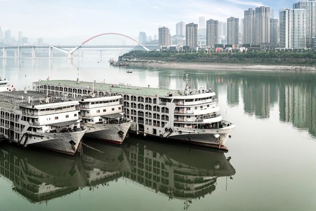 Navios cruzeiro, e, arranha-céus, em, chaotianmen, cais, chongqing, china Foto Premium