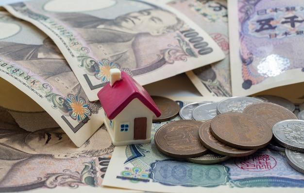 Negociando, coletando dinheiro, comprando um conceito de casa Foto Premium