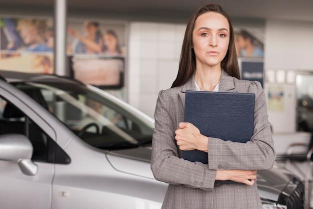 Negociante de carro feminino confiante, olhando para longe Foto gratuita