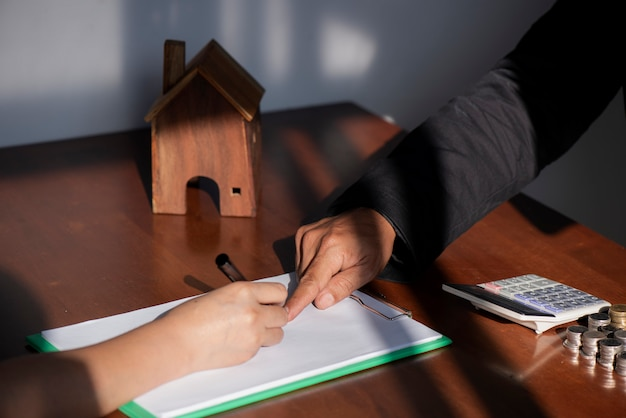 Negócio, assinando, um, contrato, compra, -, venda, casa Foto Premium