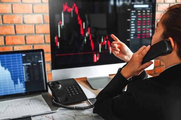 Negócio da mulher de negócio mercado de valores de ação do investimento que discute o mercado de valores de ação do gráfico conceito dos comerciantes de ações. Foto Premium