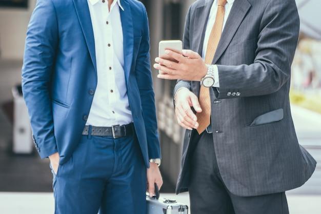 Negócio de dois amigos na cidade. equipe de negócios Foto Premium