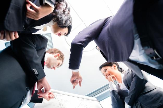 Negócio de estruturação de pessoas de negócios asiáticos Foto Premium