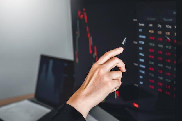 Negócio de mulher lidar investimento do mercado de ações, discutindo a negociação do mercado de ações do gráfico comerciantes de ações Foto Premium