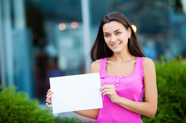 Negócio de mulheres com o cartaz com mensagem de boas-vindas Foto Premium