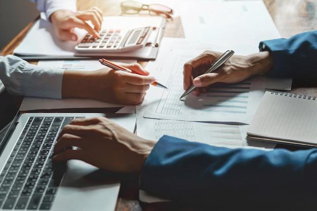 Negócio de trabalho em equipe, trabalhando no conceito de contabilidade de mesa financeira no escritório Foto Premium