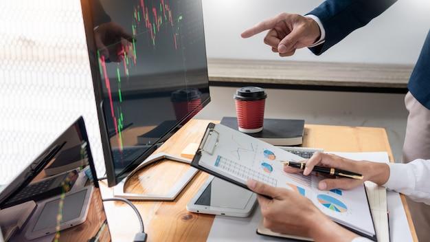 Negócio, equipe, investimento, empresário negócio, discussão, e, análise Foto Premium