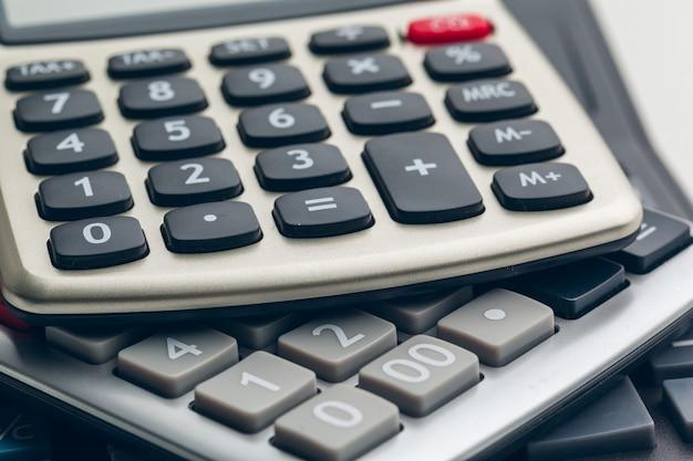 Negócios ainda vida com calculadora na mesa no escritório. Foto Premium