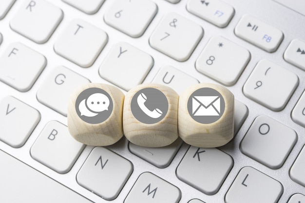 Negócios e e-commerce ícone no botão do teclado de computador Foto Premium