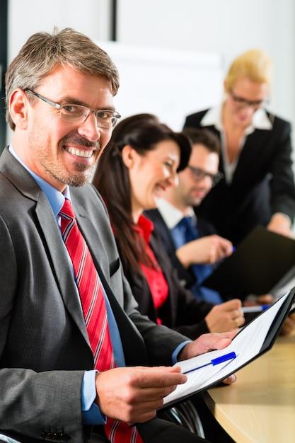 Negócios, empresários têm reunião de equipe Foto Premium