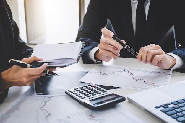 Negócios equipe investimento trabalho e análise gráfico negociação no mercado de ações Foto Premium