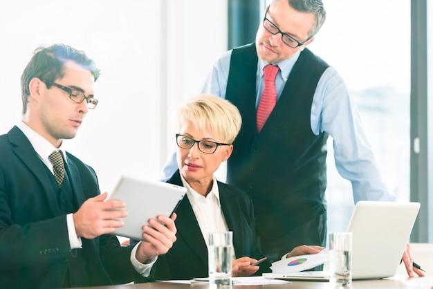 Negócios - reunião no escritório, pessoas que trabalham com documentos Foto Premium