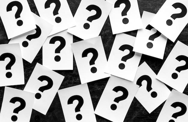 Negrito preto pontos de interrogação em cartões de papel Foto Premium