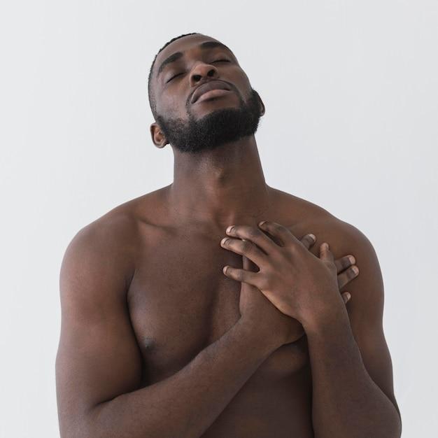 Negro americano de mãos dadas no coração Foto gratuita